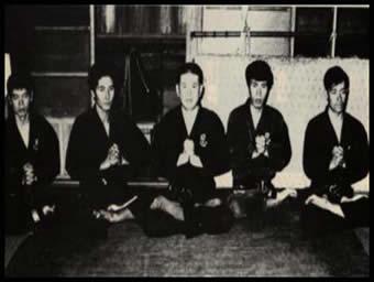 Hatsumi Masaaki sôke en el centro, acompañado por los shihanes de la primera generación