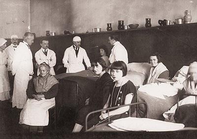 Visite médicale à l'infirmerie prison Saint-Lazare entre 1929 et 1931. Gélatino bromure d'argent par @Henri-Manuel Enap