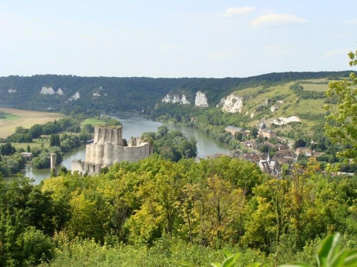 Le site de Château-Gaillard domine un méandre de la Seine et la ville des Andelys.