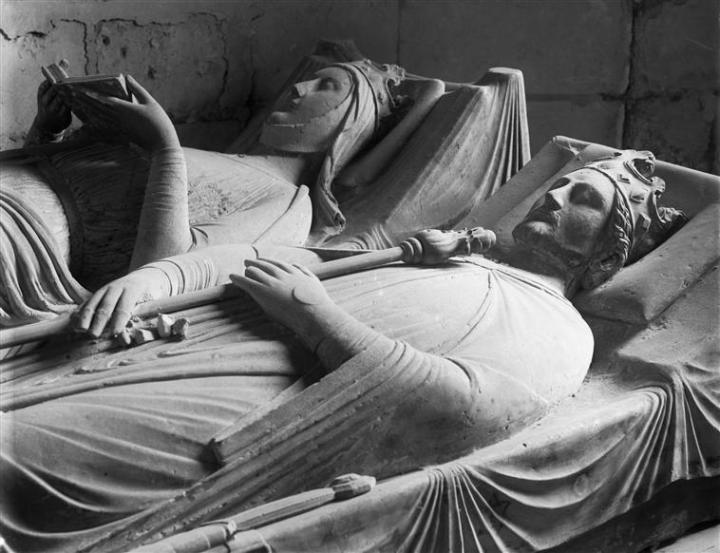 Gisants de Richard Ier Cœur de Lion et d'Aliénor d'Aquitaine à l'abbaye de Fontevraud. Médiathèque de l'Architecture et du Patrimoine.