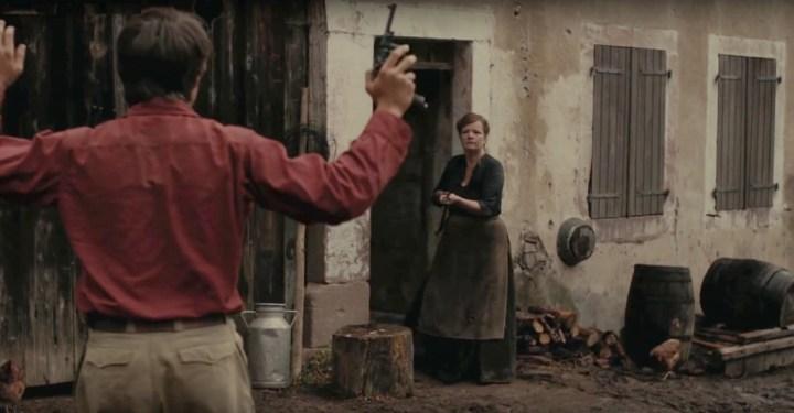 """Accueil d'un résistant par une fermière. Une illustration des rapports parfois tendus entre résistants et simples civils. Extrait du film """"Nos résistances"""" par Romain Cogitore (2011)."""