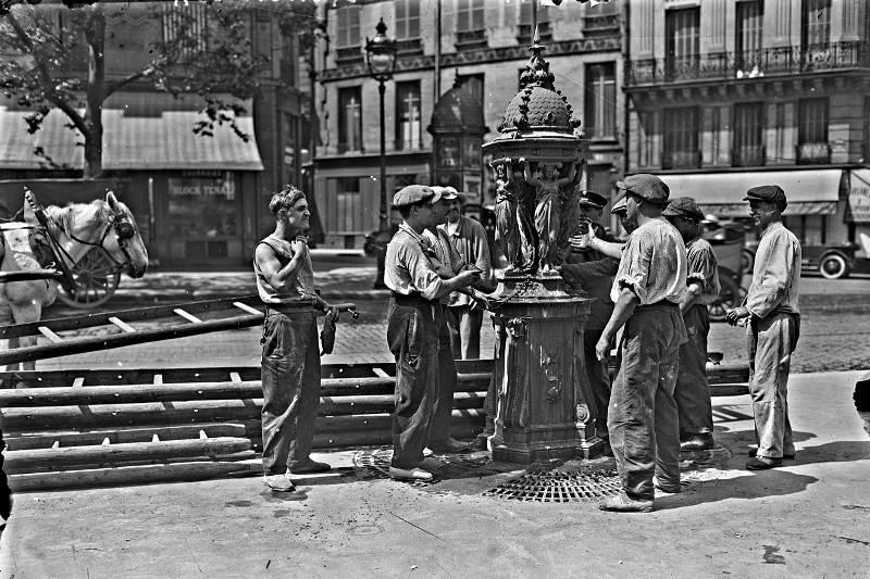 Ouvriers à la fontaine Wallace le 15 juin 1925 - Agence Rol