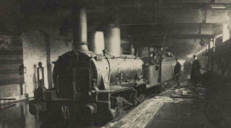 locomotive inondée à la gare Saint Michel en janvier 1910