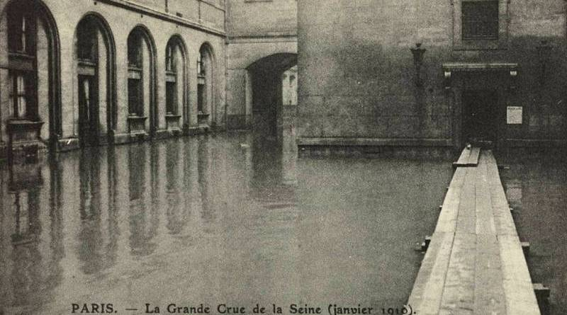 cour du Dépôt du Palais de justice sous les eaux en janvier 1910