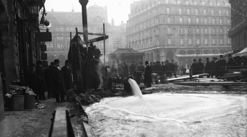 Pompe à la gare Saint Lazare en janvier 1910