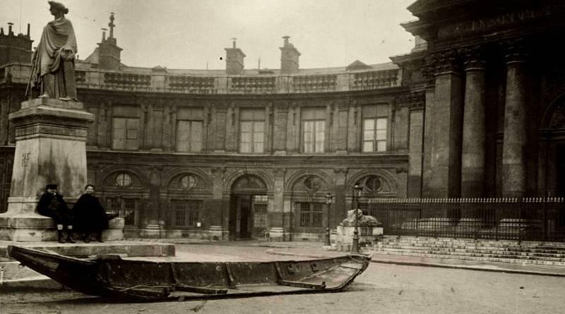 barque laissée par les eaux en face de l'Institut de France en janvier 1910