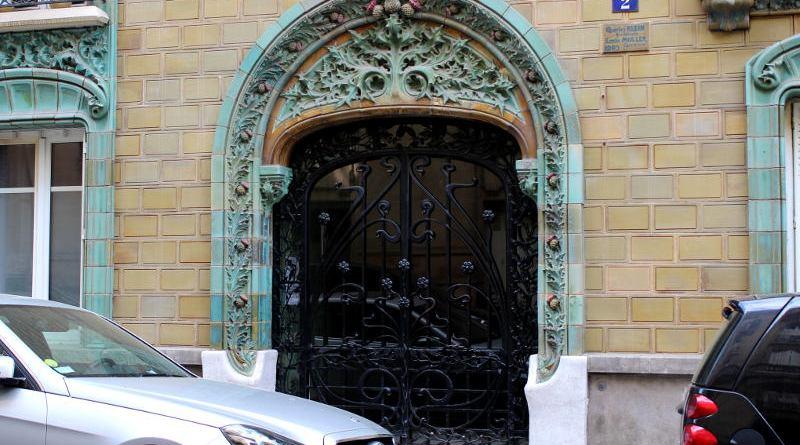 La porte de l'immeuble les Chardons