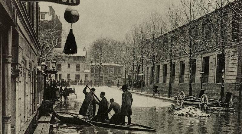 Inondation d'Auteuil. Secours portés aux habitants par les sapeurs du 1er Génie, rue Gros