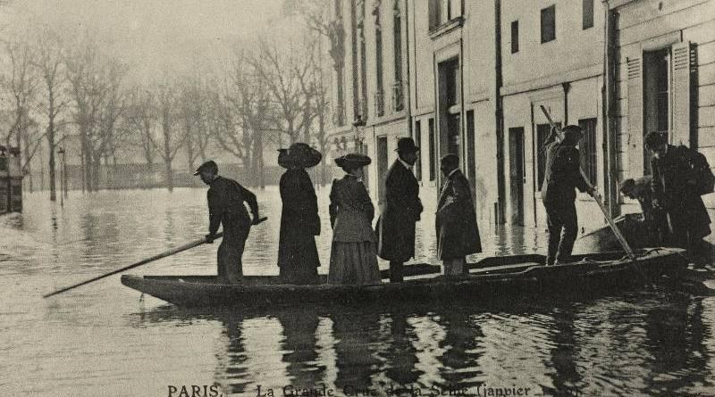 Inondation du quartier de l'Alma, circulation assurée par bateau, rue Bayard par les Frères Neurdein BHdV