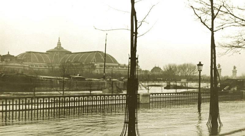 Les inondations à Paris. Quai d'Orsay, vue vers le Grand Palais par Henry de Lestrange