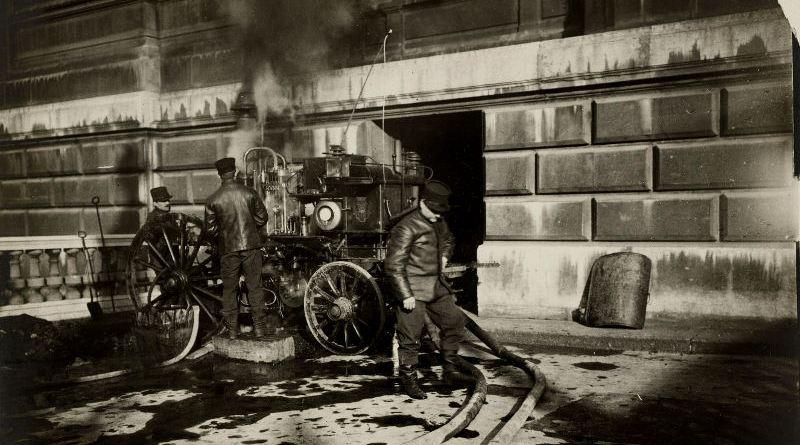 Pompiers épuisant l'eau des sous-sols de l'Opéra en janvier 1910
