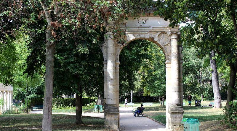 ruine de la porte Saint Jean de l'Hôtel de ville au Parc Monceau