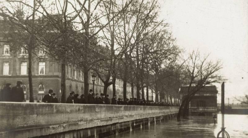 La foule sur les quais par Albert Harlingue