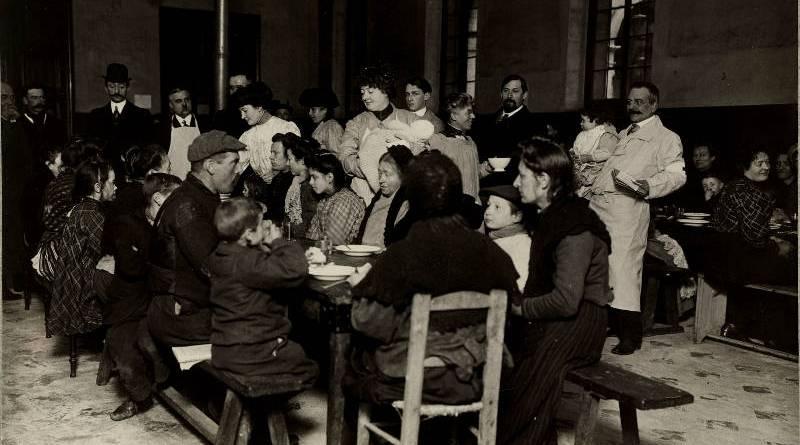 Repas de sinistrés au séminaire de Saint-Sulpice. Les familles sinistrées prennent leur repas servis par les dames de la Croix Rouge