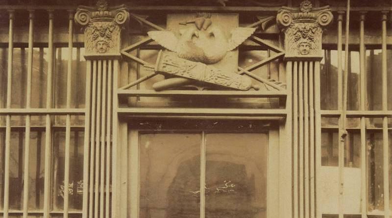 Enseigne 'Aux deux Pigeons' du 8 Rue Clément par Clément Atget