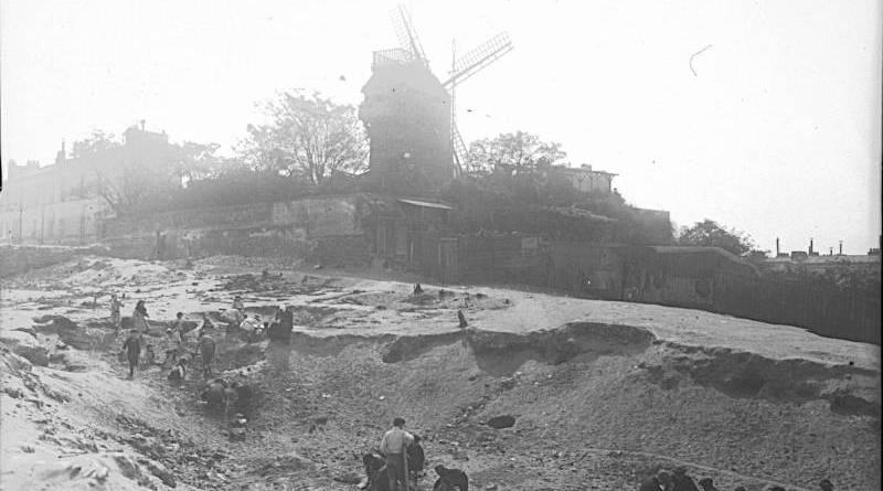 Moulin de la Galette vue de l'arrière avec des enfants jouant par l'agence Rol en 1912