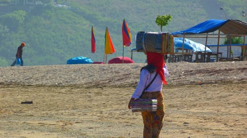 Yasmine notre vendeuse de sarongs