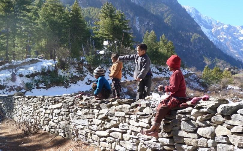Annapurna : des enfants jouents avec la neige