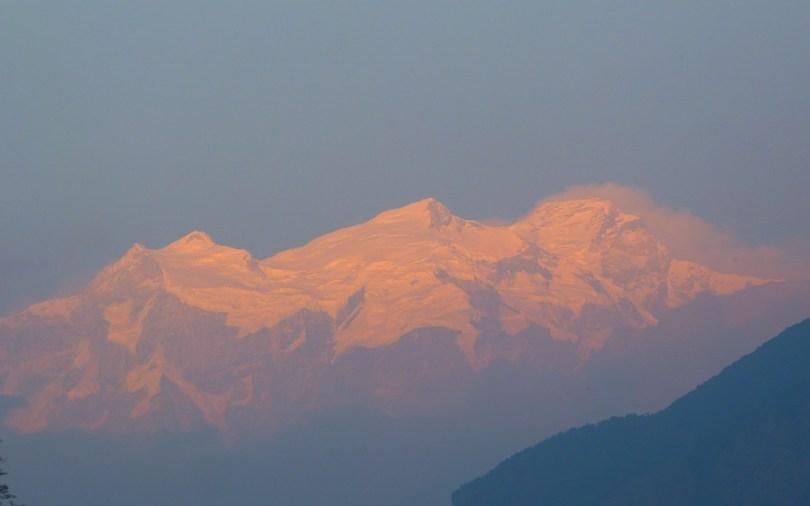 Coucher de soleil sur les montagnes enneigées