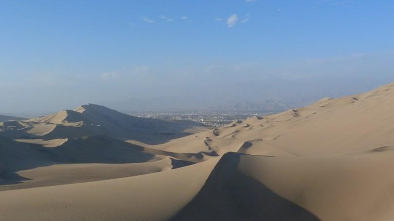 Dunes de sable ville huacachina