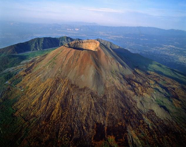 24 Agosto 79 d.C entra en erupción el Vesubio sepultando la ciudad de Pompeya
