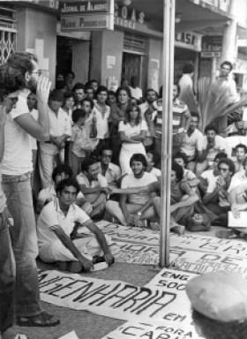 Assembleia de estudantes em frente ao Jornal de Alagoas durante a greve de Engenharia de 1979
