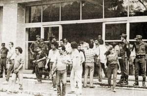 Polícia Militar acompanha a saída dos estudantes após a posse do reitor