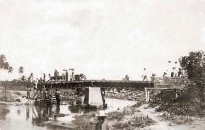 Ponte de ferro da Great Western sobre o Salgadinho cheia de 24