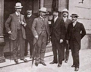 Euclydes Malta ao centro, de chapeu branco ente correligionários. Revista Fon Fon, RJ, 24 02 1912, p. 46