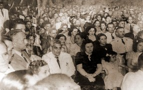 Silvestre Péricles, de terno branco, na inauguração da Rádio Difusora de Alagoas em 16 de setembro de 1948
