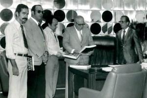 Paulo Jucá, de óculos escuros, e outros diretores entregam exemplar do Cadastro da Indústria a Napoleão Barbosa