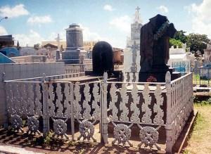 A mitológica Mulher da Capa Preta no Cemitério de Nossa Senhora da Piedade