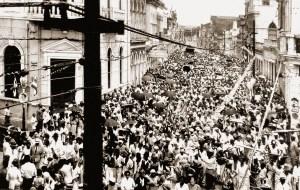 Domingo de carnaval na Rua do Comércio em 1958