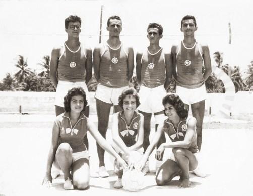 Em 1957, time misto de voleibol do Iate. Em pé, Petrúcio Ramalho, Carlos Paes, Toroca e Vavá. Agachadas, Marcia Acioli, Simone Lages e Aparecida