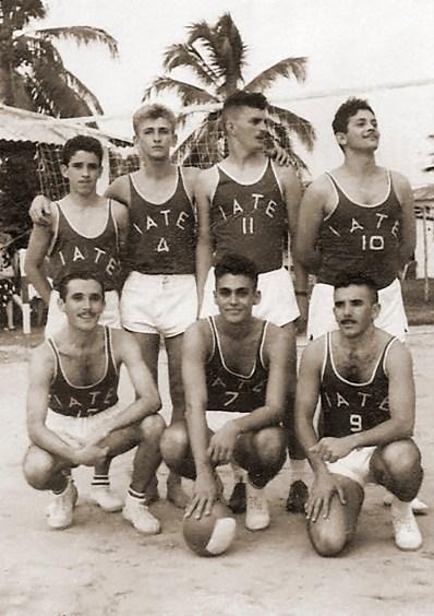 Voleibol do Iate em 1955. Em pé Giba, Batinga, Artur e Marcos. Agachados Moisés, Mendes. Fernando Figueiredo e Paulo Mendes