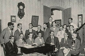 Augusto Malta (último sentado à direita) na fundação da Associação dos Fotógrafos de Imprensa do Rio de Janeiro Revista Fon-Fon de 1º de novembro de 1913. Foto J. Garcia