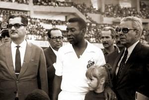 Governador Lamenha Filho, Pelé e Napoleão Barbosa na inauguração do Trapichão