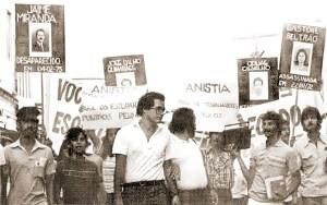 O então deputado estadual Renan Calheiros, do MDB, na passeata pela Anistia