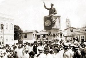 Inauguração do busto de Bráulio Cavalcante no dia 16 de setembro de 1917, quando ainda não existia a Faculdade de Direito