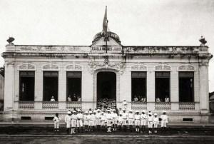 Rua Epaminondas Gracindo em 1924, com alunos do Grupo Escolar Diégues Júnior Arquivo IHGAL