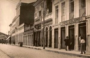 A Loja Louvre em 1905, essa com o poste à frente, de propriedade do Coronel Antônio Maurício da Rocha, pai de Virgílio Maurício. Foto: Maceió antiga: Disponível em: www.facebook.com/MaceioAntiga/photos