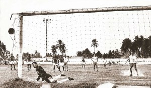 Em 1966, CSA 2 x CRB 2 na Pajuçara. Eric cobra pênalti e o goleiro Dirceu vê mais um gol do mestre na cobrança de penalidades máximas