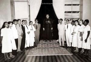 Dom Ranulpho da Silva Farias na Sala do Trono do Palácio Arquiepiscopal recebendo participantes de um Círculo Operário