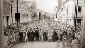 Em uma foto de Antônio Cajueiro, tirada da Rua do Comércio em 1928 de uma manifestação de apoio ao governador Costa Rego, ainda percebe-se o prédio do Café Colombo com a placa tradicional. Mas não se pode afirmar que lá ainda funcionava o café.