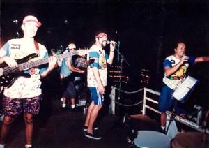 Mácleim Carneiro Damasceno cantando com o bloco em 1997. Foto de Plínio Nicácio