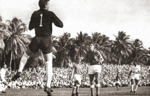 Dirceu faz uma defesa no jogo contra o Santos em 1965