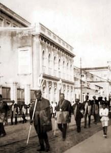 Procissão na Rua do Livramento em 1928, com o Liceu Alagoano ao fundo