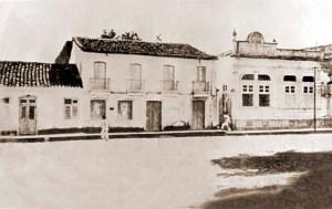 O Liceu Provincial funcionou em um casarão que ficava à direita do casario desta foto