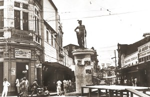 Café Central à esquerda e a estátua de Mercúrio na Rua do Comércio anos 1960