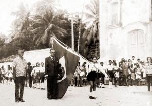 Desfile escolar em frente à Igreja de NS da Conceição na Ilha da Croa, Barra de Santo Antônio